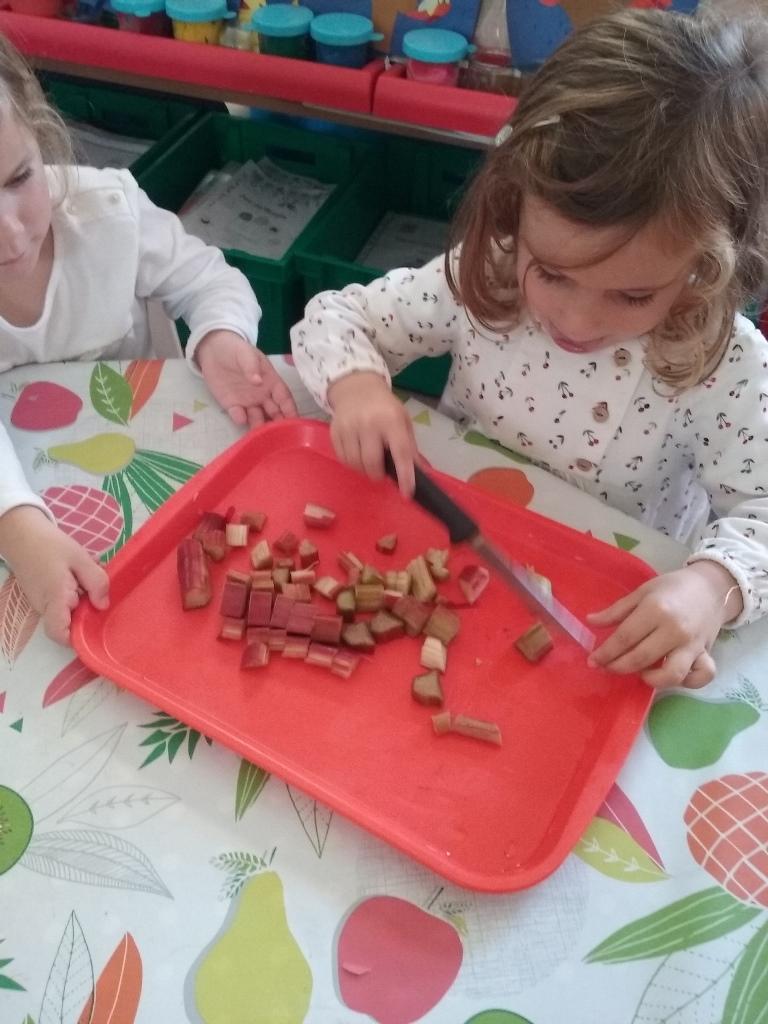 On coupe la rhubarbe en petits morceaux